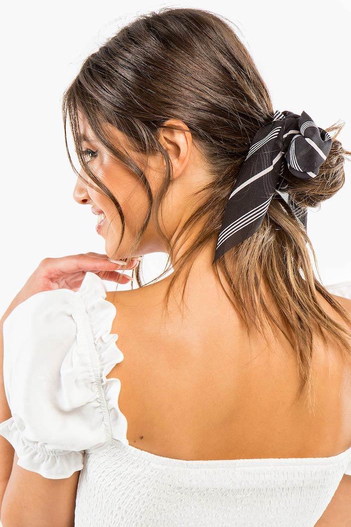 Messy Dutt mit Bandana, lange braune Haare, schöne Frisur für den Alltag, weiße Bluse mit kurzen Ärmeln