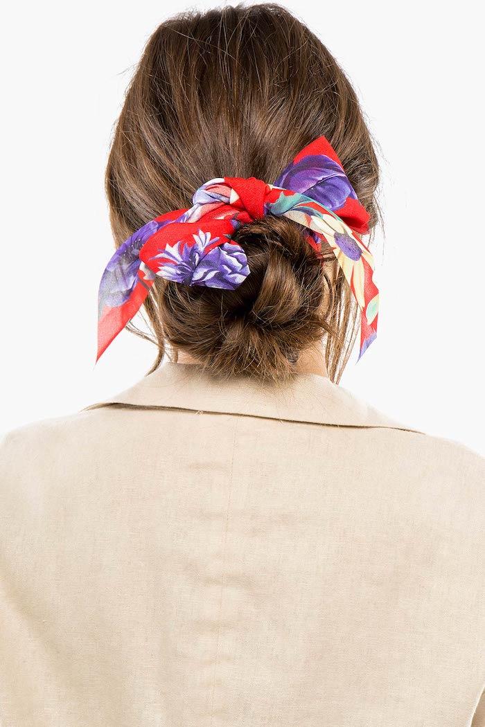Niedriger Dutt mit buntem Haarband, Tuch mit Blumenmuster, Sakko in Beige, braune lange Haare