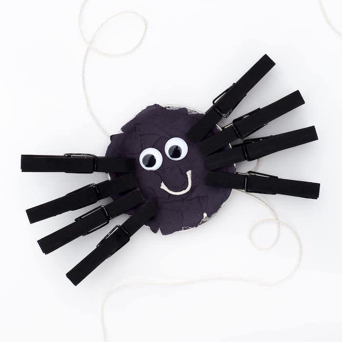 herbstdeko basteln, lustige spinne, deko im still halloween, schwarze spinne aus kleideranhänger