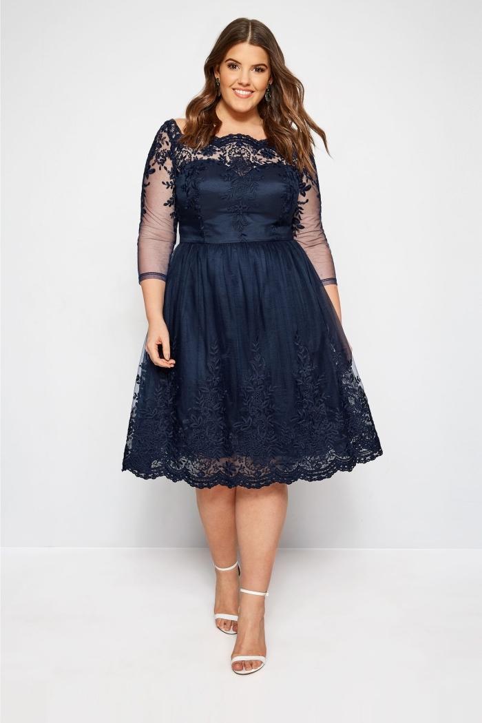 festliche kleider für mollige, abendmode für mollige damen, knielanges dunkelblaues kleid mit spitze