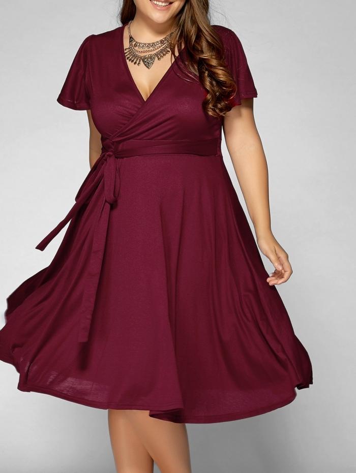 festliche kleider für mollige, duneklrotes kleid in a linie, kurze ärmeln, große halskette