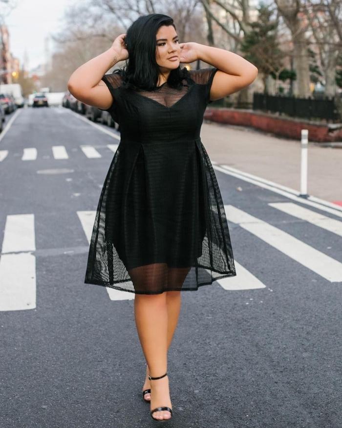 festliche kleider für mollige damen, schwarzes knielanges kleid mit kurzen ärmeln aus herzförmiger dekoltee