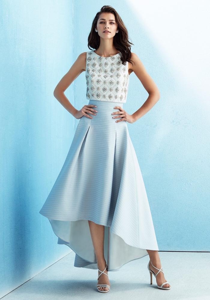 festliches outfit damen, hellblauer weiter rock mit hoher taille, weiße bluse mit silbernen lementen, silberne schuhe