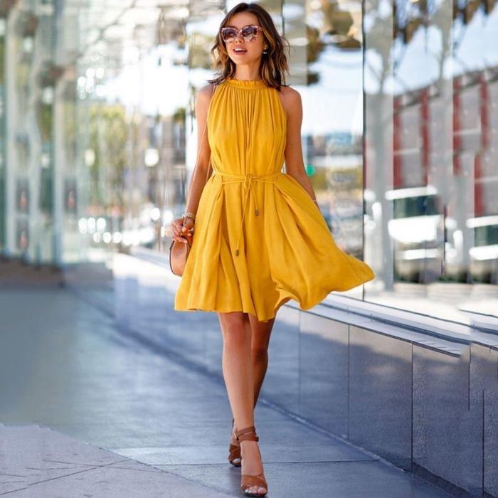 kurzes sommerkleid, kleid in gelb, festliches outfit damen, braune schuhe, große sonnenbrille