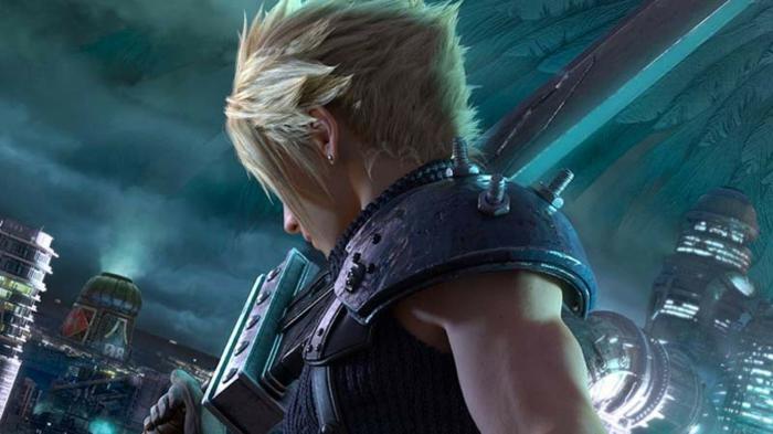ein blonder Mann mit Schwert und Rüstung, Final Fantasy VII Held Cloud, Stadt im Hintergrund