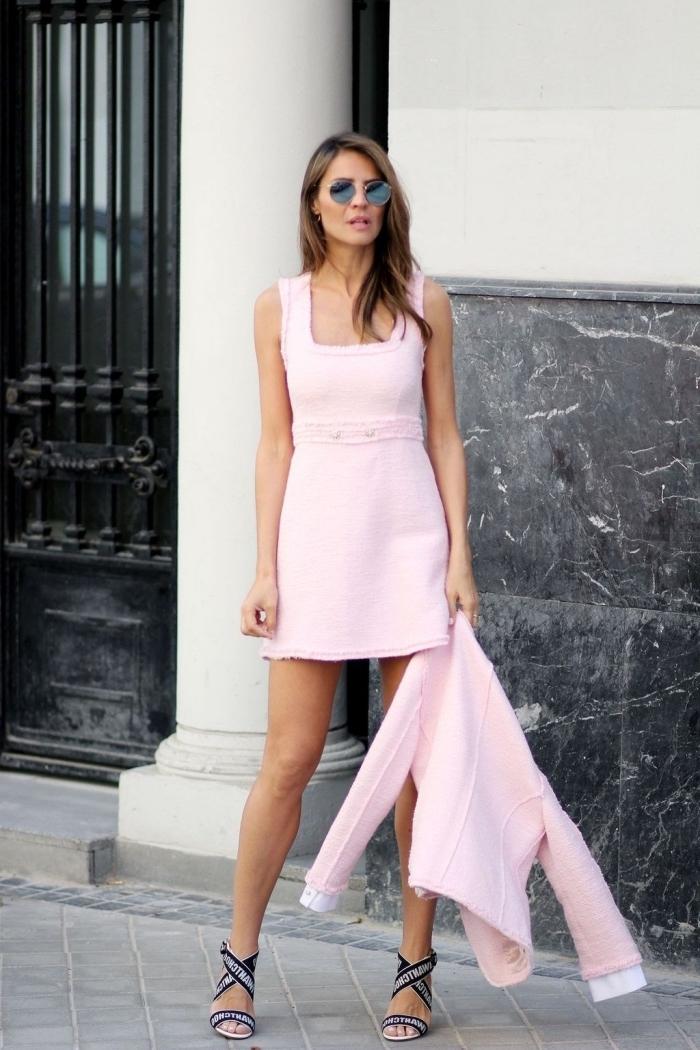 frauen outfits für den sommer, kurzes rosa kleid mit rosa sakko, hohe schuhe in schwarz und weiß, sonnenbrille