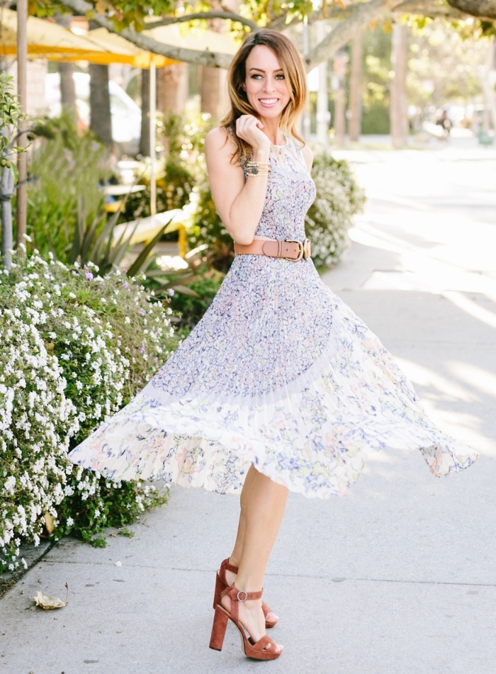 frauen outfits für den sommer, weißes sommerkleid mit kleine blauen blüten, braune huhe schuhe, und hellblauer gürtel