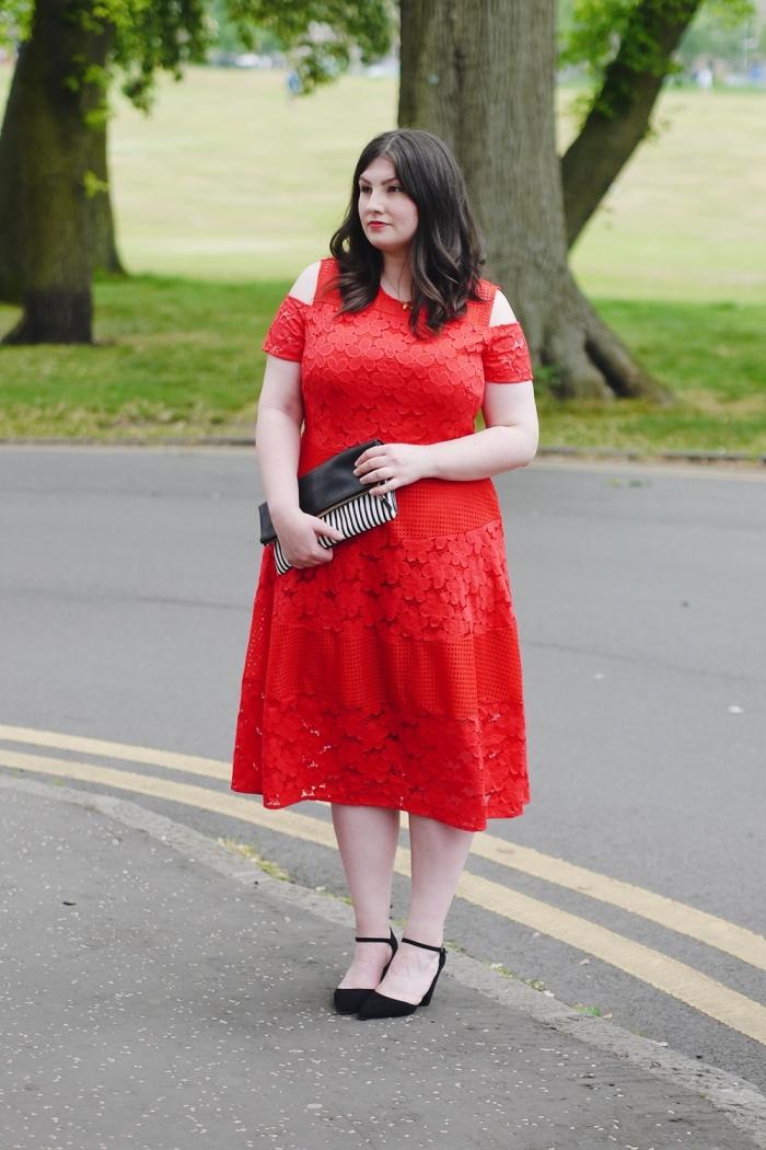 frauen outfits, hochzeitgast outfit ideen, rotes kleid mit kurzen ärmeln, schwarze schuhe, gestreifte tasche