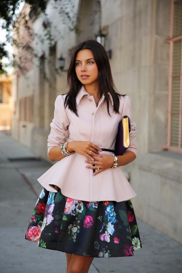 frauen outfits hochzeit, rosa sakko, dünner schwarzer gürtel, schwarzes kleid mit floralen motiven