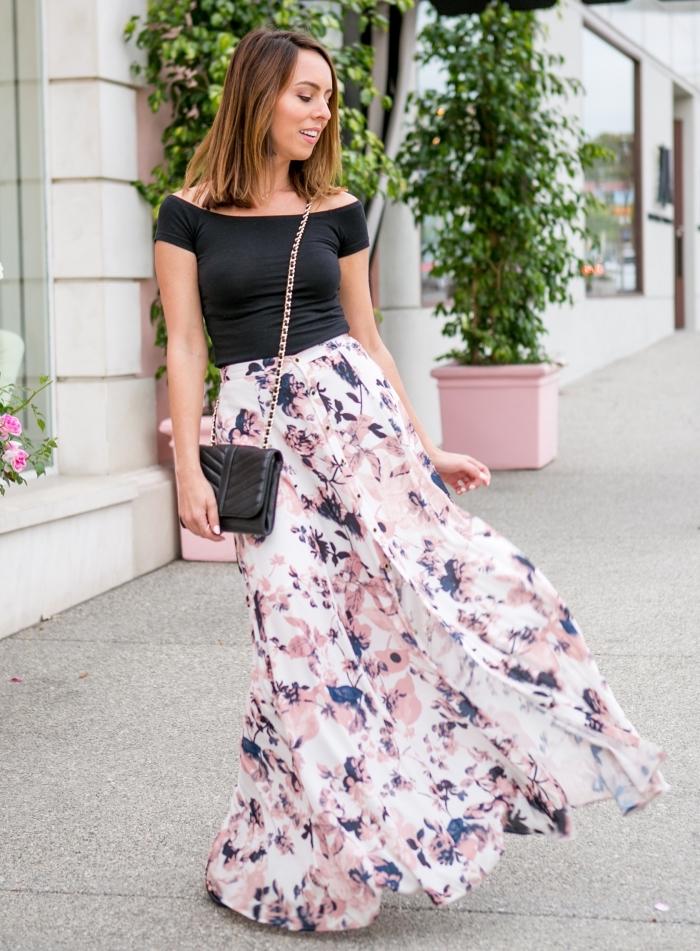 frauen outfits, sommeroutfit damen ideen, schwarze blus ein kobmination mit weitem rock mit floralen motiven
