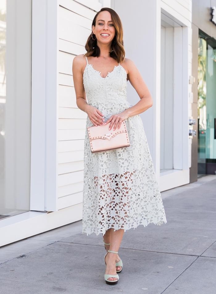 frauen outfits für den sommer, langes sommerkleid, hellblaues strickkleid, kleine rosa tasche