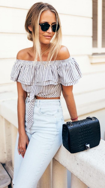 frauen outfits, helle jeans mit hoher taille in kombination mit gestreiftem top in blau und weiß, schwarze tasche