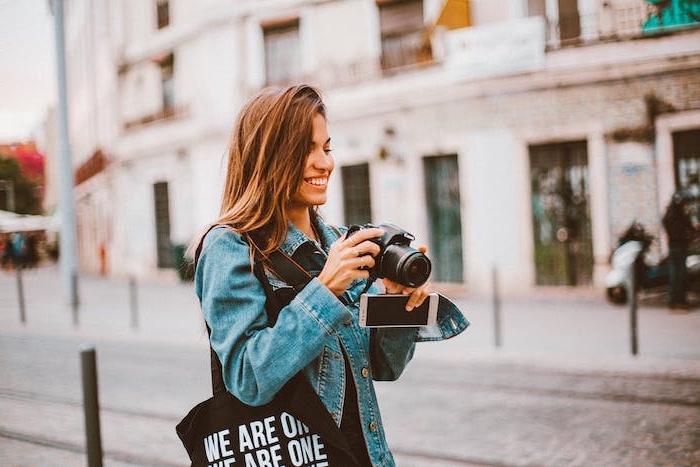 Nützliche Reisetipps für Weltentdeckerinnen, Touristin mit Kamera