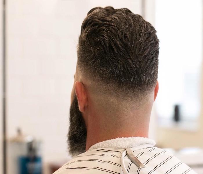 undercut mit übergang von hinten gesehen, trend ideen, mann mit langem bart, bild von hinten beim frisör