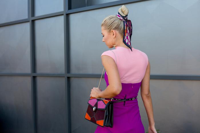 Dutt Frisur mit Tuch, schöne Frisuren für den Alltag, Outfit in Rosa und Violett