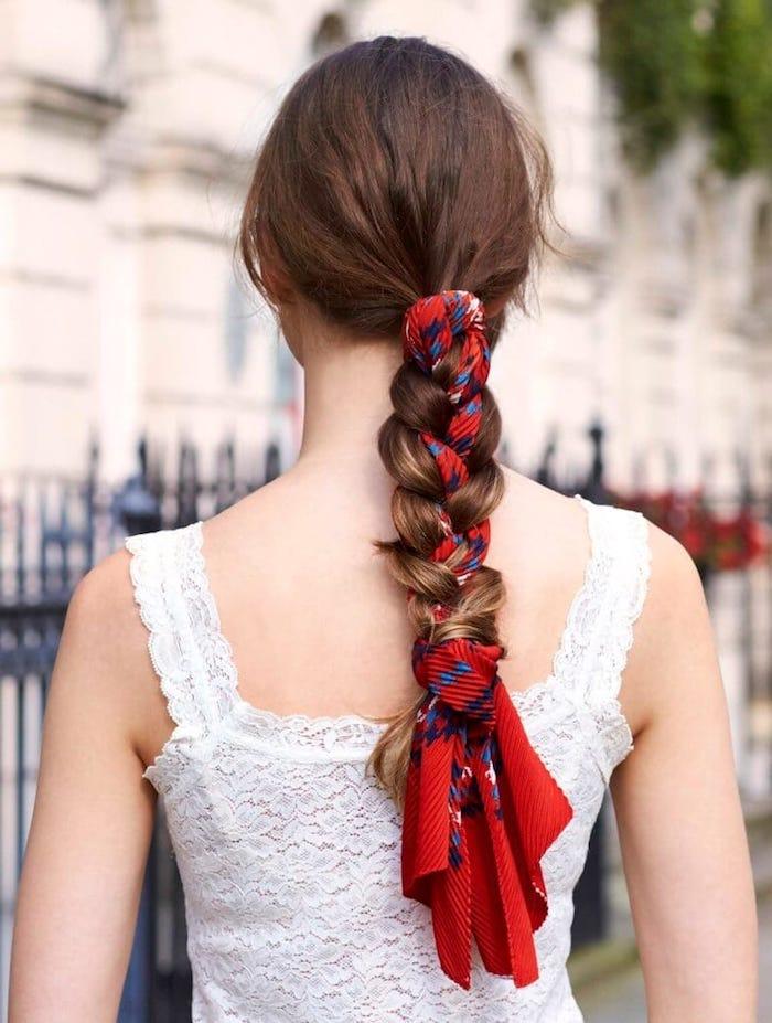 Tuch in Haare flechten, rotes Tuch mit blauen Elementen, lange braune Haare, weißes Spitzenkleid