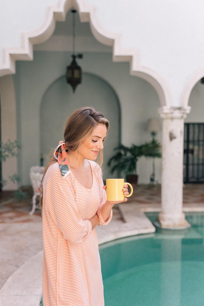 Gestreiftes Sommer Kleid in Orange und Weiße, dünne Streifen, lange braune Haare mit Haarband