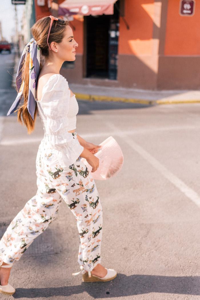 Sommer Outfit in hellen Farben, Pferdeschwanz mit Bandana und Sonnenbrille auf dem Kopf