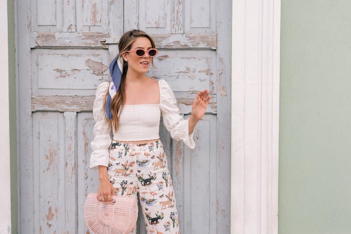 Sommer Outfit in Pastellfarben, Bandana in Blau und Weiß, Sonnenbrille mit rosa Rahmen