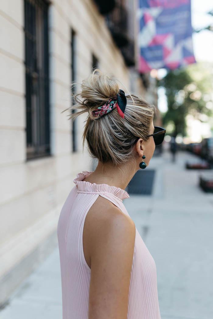 Messy Dutt mit Bandana, rosa Top ärmelfrei, schwarze Ohrringe mit Perlen und Sonnenbrille