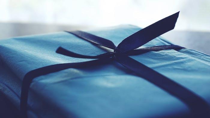 Die schöne Verpackung steigert die Vorfreude auf das Geschenk, Geschenk in blauer Verpackung