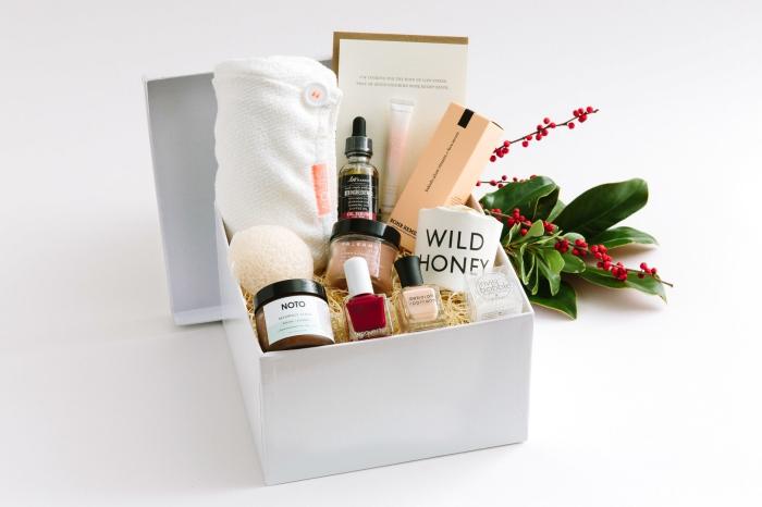 geschenke zum muttertag, weißes box mit verschiedenen kosetischen produkten für frauen, spa set für sie