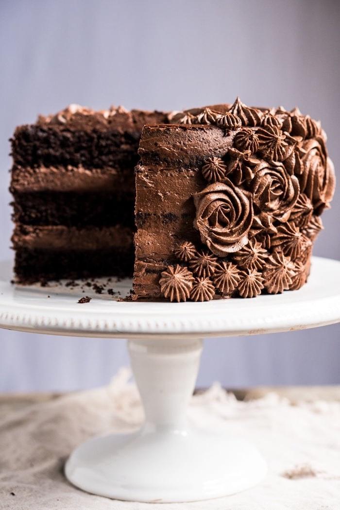 glutenfrei backen, torte mit schokolade, schokoladentorte dekoriert mit schokosahne, geburtstagstrote ideen