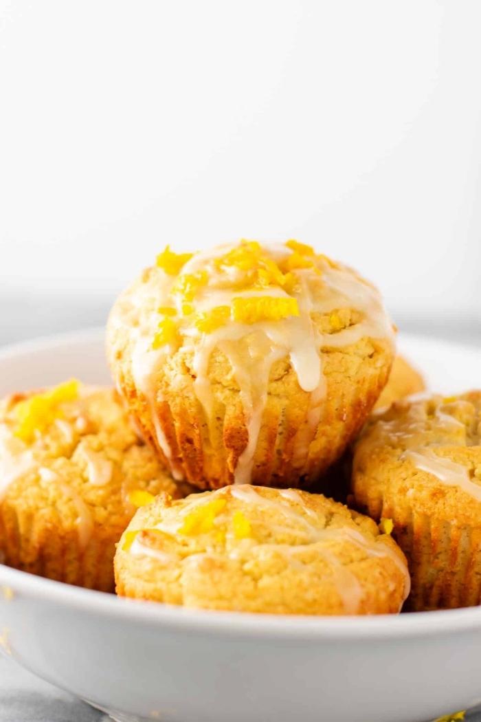 gesunde muffins mit orangen garniert mit wießer zuckerglasur, glutenfrei essen, partyessen ideen