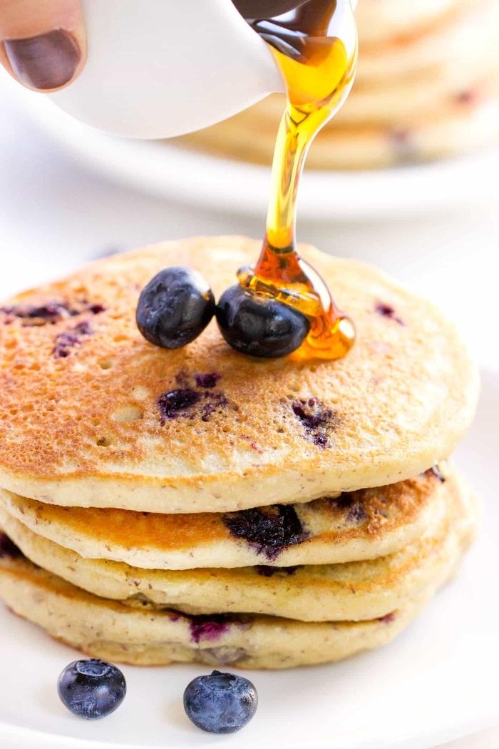 glutenfrei essen ideen, amerikanische pfannkuchen mit blaubeeren und honig, frühstücksideen, brunch