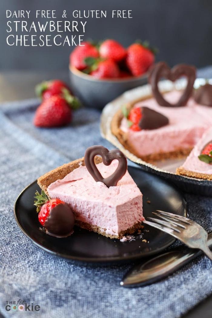glutenfrei essen, tarte mit erdbeerenfüllung, herz aus schokolade, nachtisch mit erdbeeren