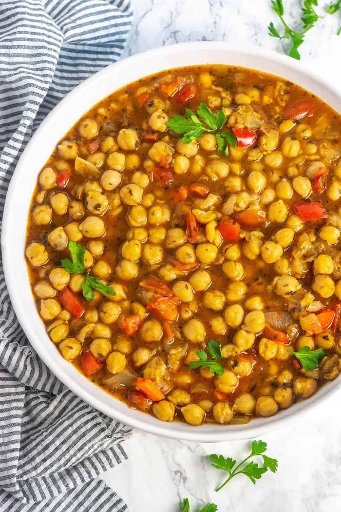 glutenfrei kochen, weganisches gericht mit kichererbsen, weiße schüssel, mittagessen ideen, suppe