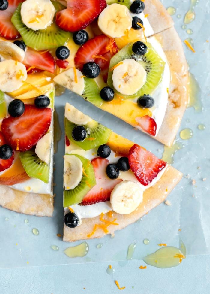 glutenfreie gerichte, süße pizza mit obst, bananen, kiwi, erdbeeren, blaubeeren, pfirsiche