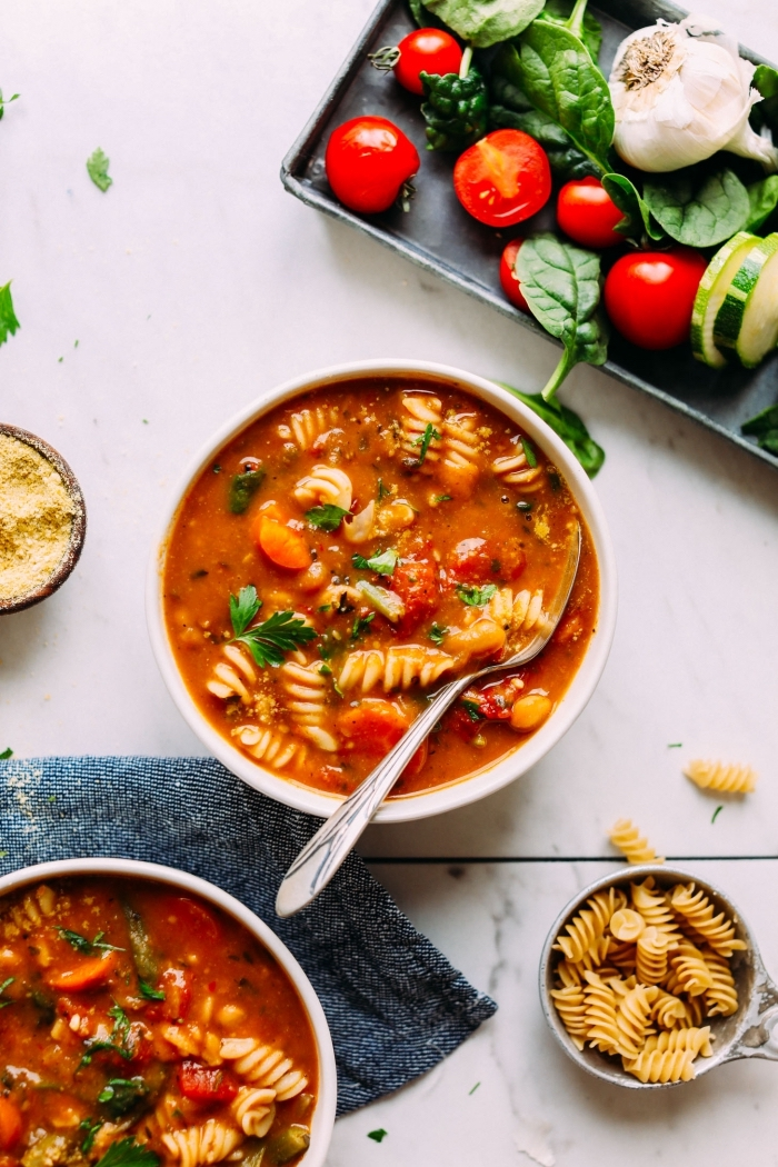 glutenfreie gerichte, vegan minestrone, suppe mit gemüse und pasta, mittagessen ideen, abendessen phne fleisch