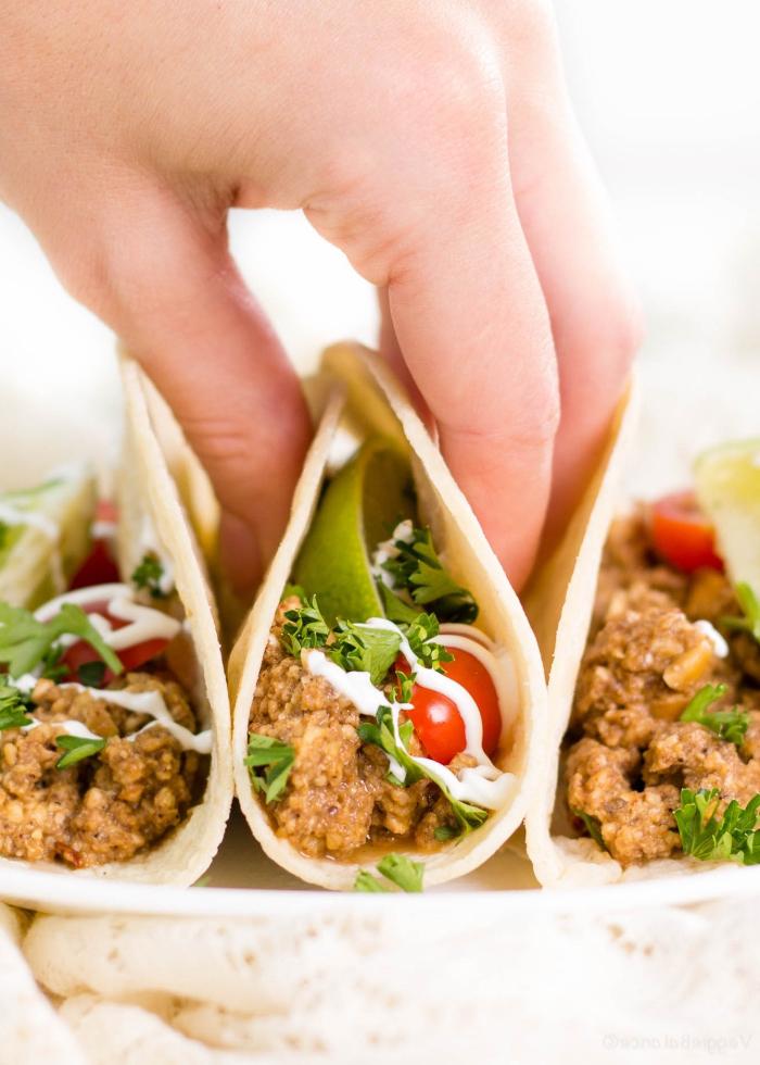 vegetarische tacos mit cherry tomaten, grüner salat und humus, glutenfreie gerichte, mittagessen gesund