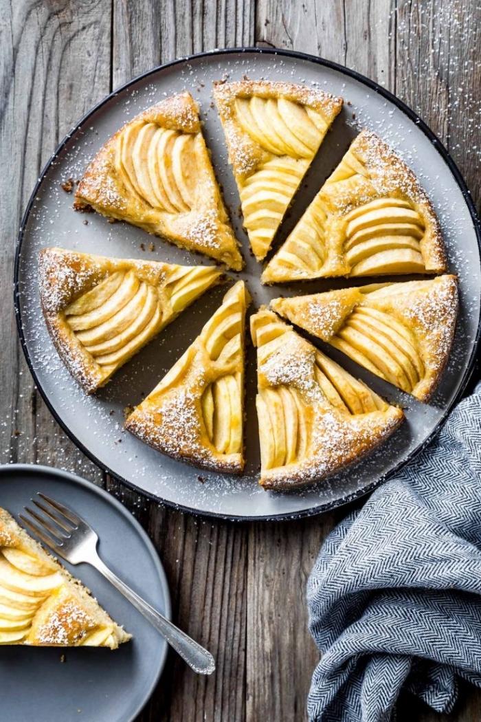 glutenfreie rezepte, kuchen mit äpfeln dekoriert mit puderzucker, dessert zu weihnachten, nachtisch ideen