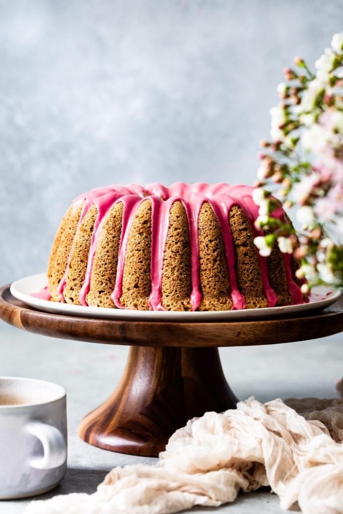 glutenfreie rezepte, runder kuchen mit rosa zuckerglasur, nachtisch zu weihanchten, tortengestell aus holz