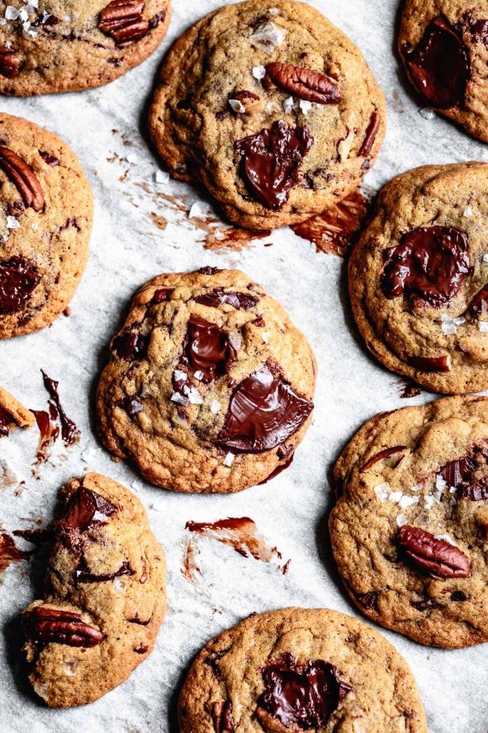 glutenfeie rezepte schnell und einfach, kekse mit pekannüssen und vegane schokolade, schokokekse