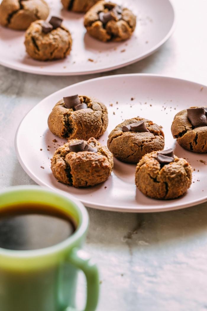 glutenfreie rezepte schnell und einfach, tasse kaffee, kekse mit schokolade, selsbtgemachte schokokekse