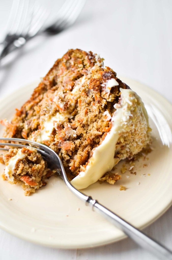 glutenfreie rezepte schnell und einfach, rote ohne gluten, torte mit weißer zuckerglasue und kürbis