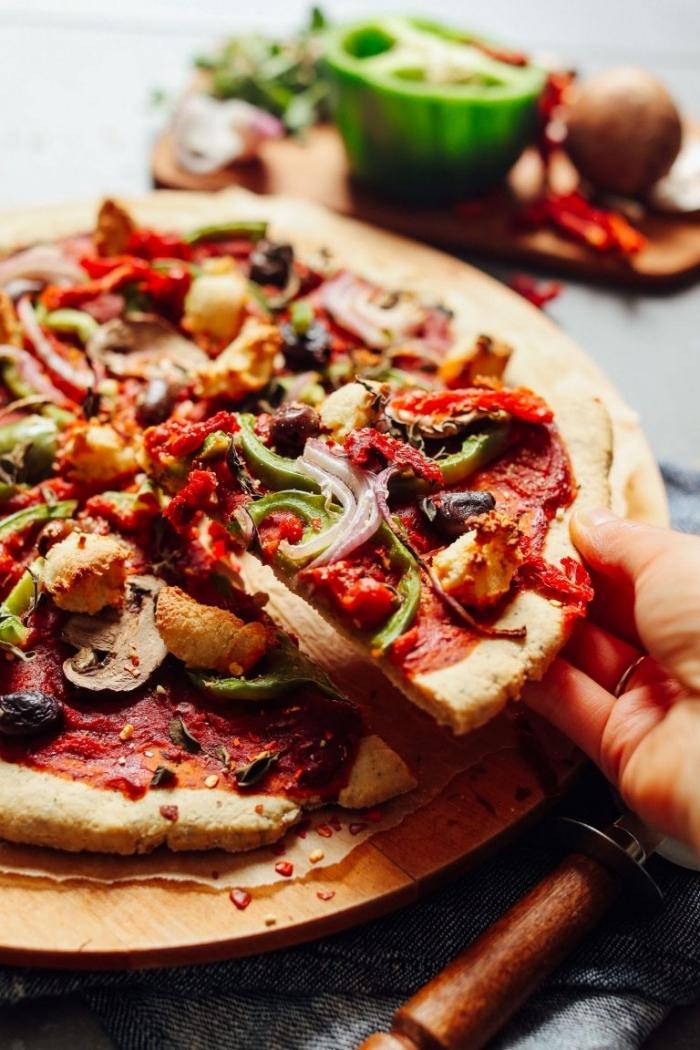 glutenfreie rezepte, vegan pizza backen, glutenfrei essen, roter paprika, zweibel, tomatensoße