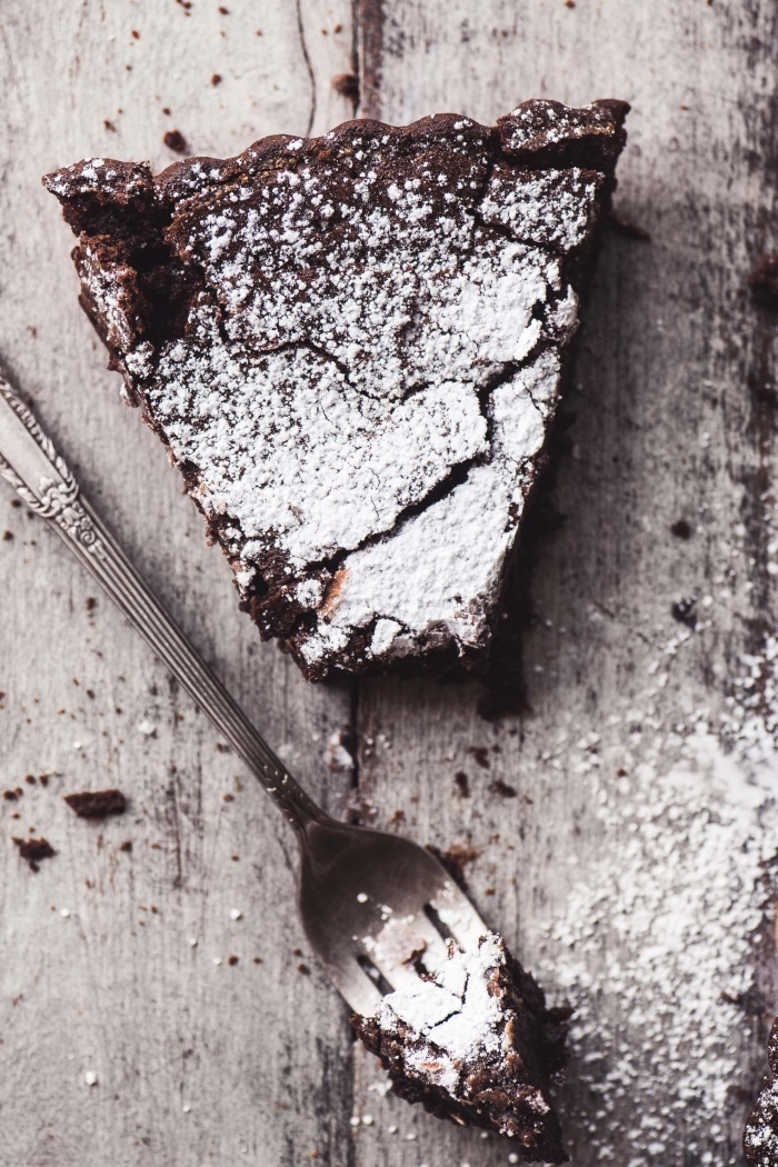 schokokuchen dekoriert mit puderzucker, glutenfreier veganer kuchen mit schokolade, schokokuchen ohne mehl