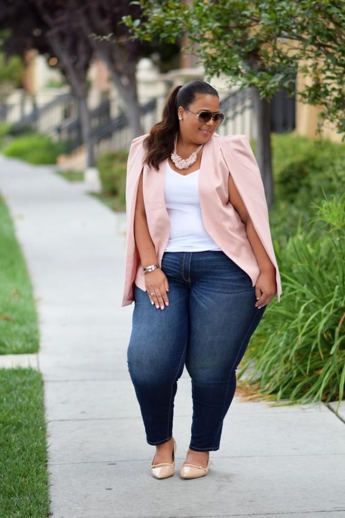 große gröen frauen, weißes bluse in kombination mit blauen jeans und hellrosa blazer, mode für mollige damen
