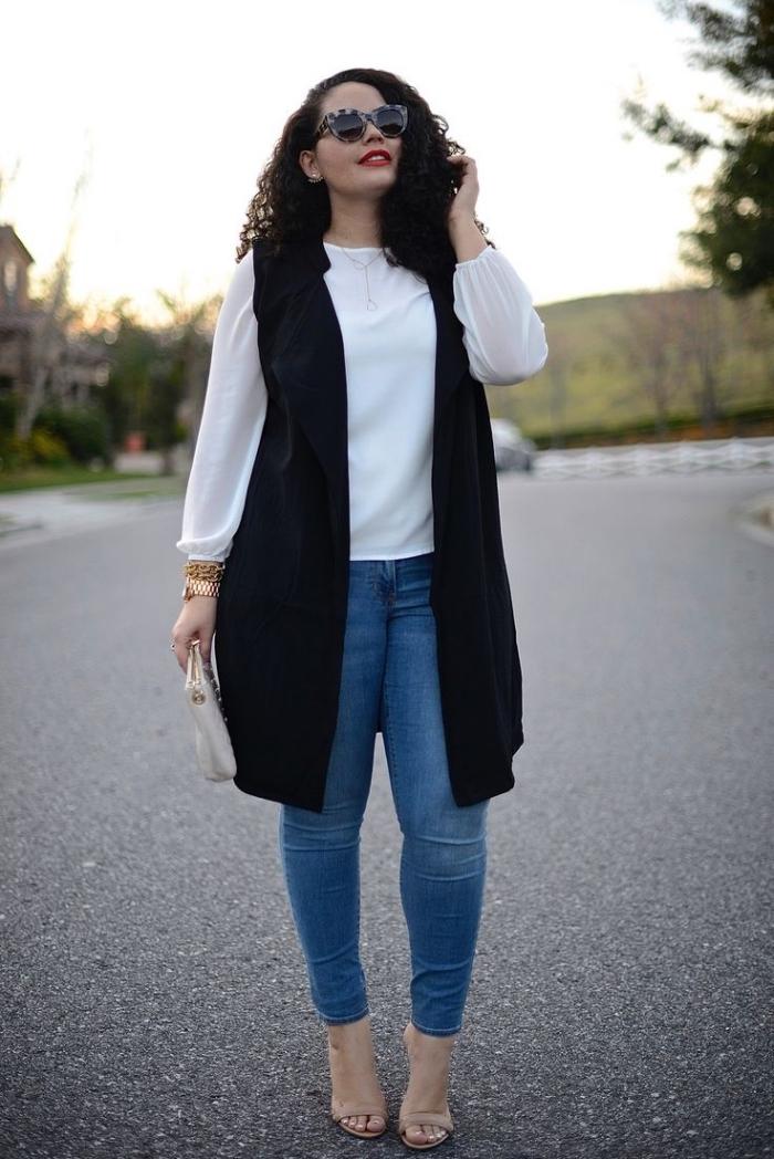 große größen frauen, weiße bluse, schwarze weste, hohe beige schuhe, sonnenbrille mit tiger motiv, jeans