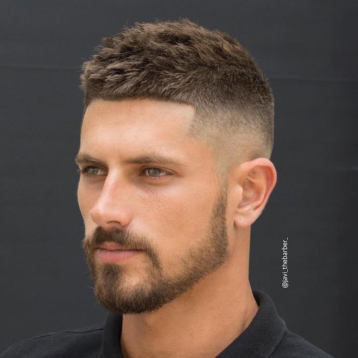 männerfrisuren 2019, moderne hairstyle ideen, bart und haare dunkelblond, grüne augen
