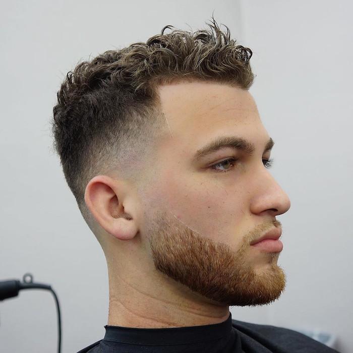 männerfrisuren 2019, mann mit lockigen haaren, frisur nach oben stylen, kurzer bart