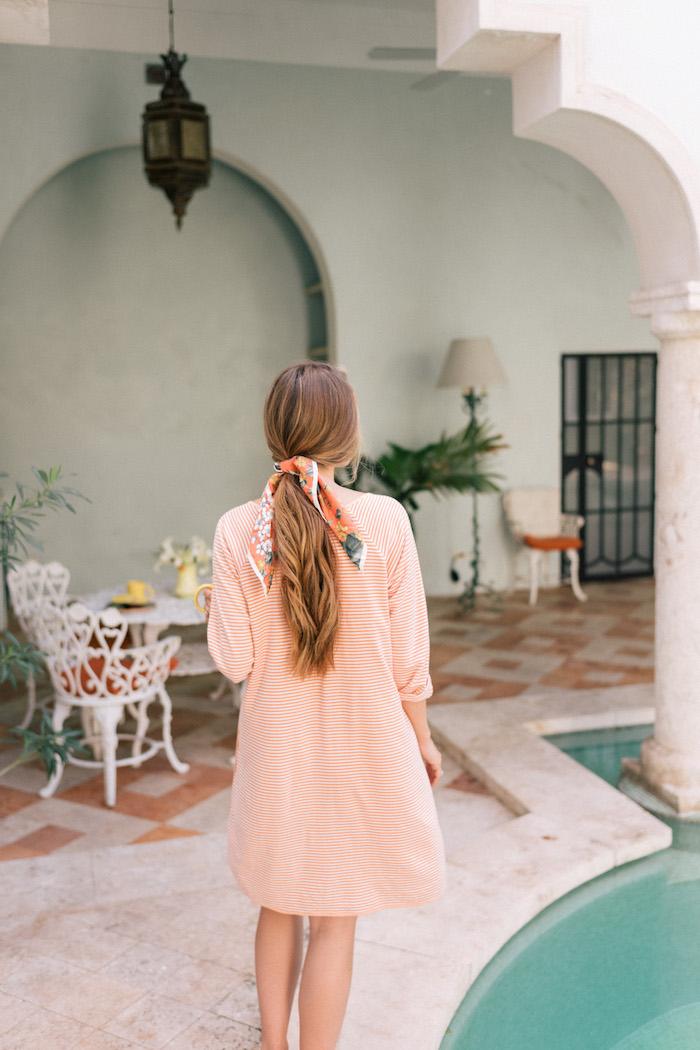 Gestreiftes Kleid mit langen Ärmeln in Weiß und Orange, niedriger Zopf mit Bandana