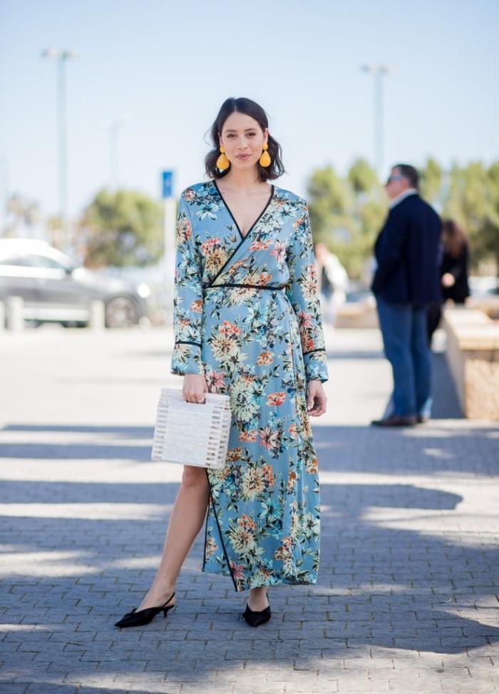 hellblaues kleid floralen motiven, sommerkleid mit ärmeln, weiße tasche, schwarze schuhe