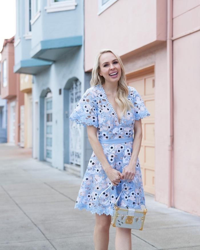 hellblaues kleid, hochzeitsgast outfit ideen, hellblaues kleid mit weiten ärmeln, kleine tasche