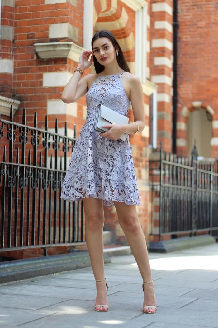 hellblaues kleid in a linie, kurzes strickkleid in kombination mit silbernen schuhen und kleiner tasche