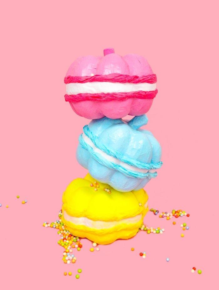 herbstdekoration aus kürbis, french macaroons gestaltung aus kürbis gemacht in drei farben rosa, blau gelb